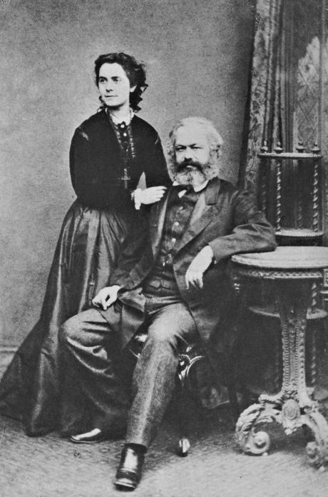 (Ảnh: Bundesarchiv Berlin-Lichterfelde) Karl Marx và cô con gái Jenny, một kí giả cánh tả và thư kí của cha cô, vào năm 1869. 'Chiếc thập giá mà cô ta đeo', Jonathan Sperber viết, 'không phải là dấu hiệu của sự liên kết tông giáo mà là biểu tượng của sự nổi dậy của dân Ba-lan vào năm 1863.'