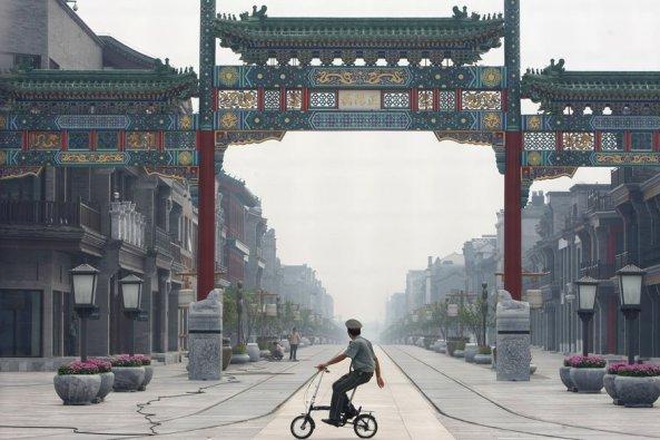 Đại lộ Chính-dương-môn (正陽門 – Qianmen), được xây dựng lại theo kiểu nhà Minh (明) và nhà Thanh (清) (Ảnh: China Photos/Getty Images)
