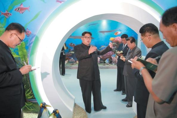 Lãnh tụ Bắc Triều-tiên Kim Jong-un đi thị sát trại thiếu nhi Manyongdae ở Bình-nhưỡng; bức ảnh không rõ ngày tháng, được công bố ngày 4 tháng Sáu năm 2016 bởi Thông tấn xã Trung ương Triều-tiên (조선중앙통신사 - Korean Central News Agency) thuộc chính quyền Bắc Triều-tiên. (Ảnh: KCNA/Reuters)